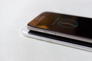 Samsung Galaxy S7 (top) vs Samsung Galaxy S7 Edge